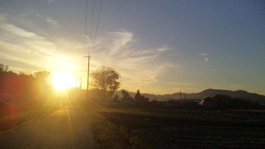 集落の向こうの夕焼け